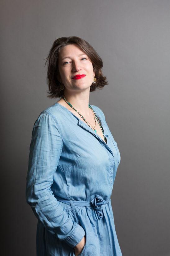 Portrait corporate couleur sur fond gris © Marie Guerre