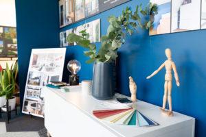 Déco, nuancier et mannequins en bois sur le stand de l'Atelier Asa-i, architecte d'intérieur
