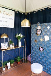 Lampe et déco dorées sur le stand de Bulles et Cocon